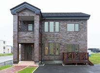重厚感と存在感のあるレンガタイルが印象的な家